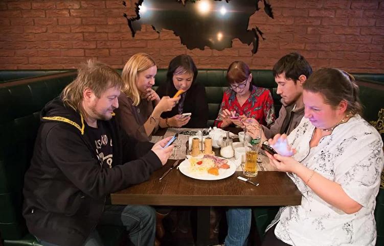 Люди сидят в телефонах